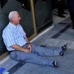 泣き崩れる老人を救った、たった一人の男性