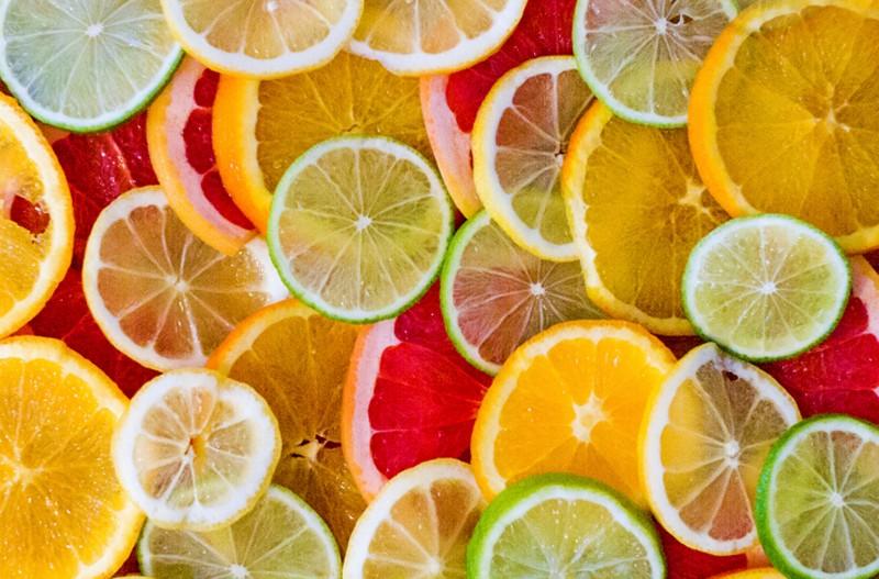 朝の柑橘系フルーツは危ない_タイミングを選んで賢くビタミンCを摂取!_477121049
