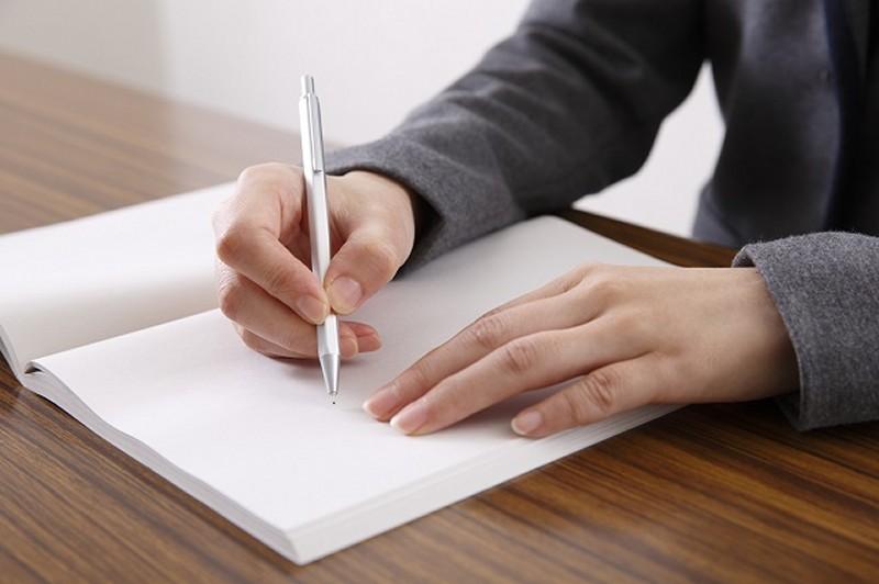 エンディングノートに書く女性