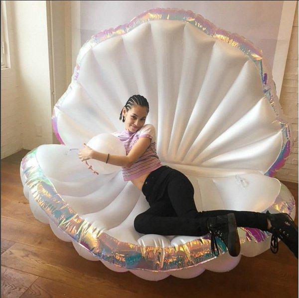 プカプカ」虹モチーフの浮き輪
