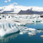 氷河湖の神秘的な青で全体アップ