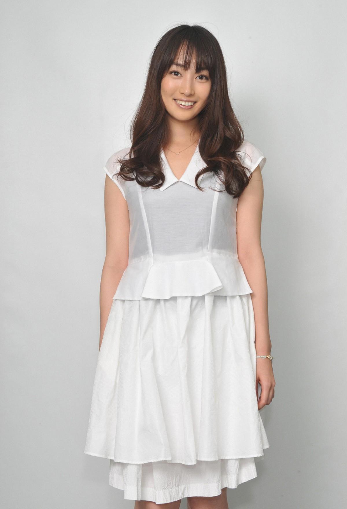白いワンピースを着ている巻き髪の高梨臨のかわいい画像