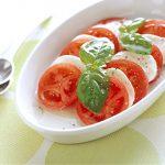 華やかな「トマトとチーズとバジルのサラダ」家庭運
