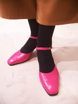 ピンク色のパンプス