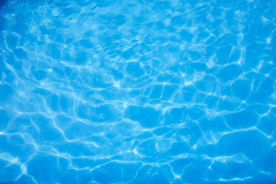【夢占い】プールで遊んだり泳いだりする夢を見る意味とは?