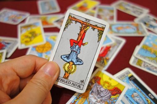 【タロット開運塾】大アルカナ≪吊された男≫に学ぶ「恋愛運・仕事運・金運・対人運」