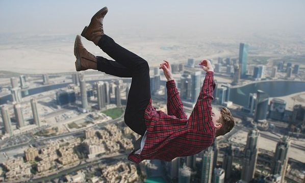 『高いところから落ちる・落下する夢』を見たときの意味・心理とは?
