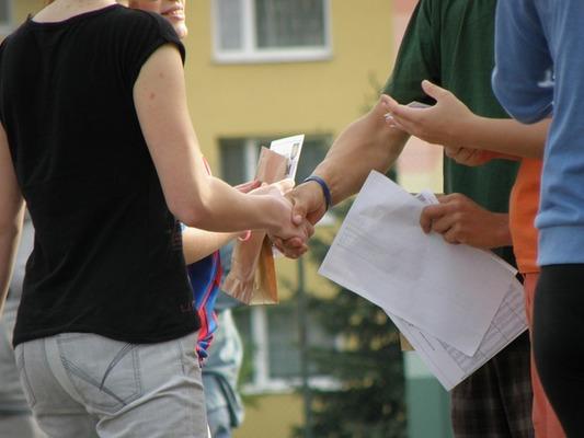 【夢占い】『手をつなぐ夢』を見る意味や心理とは?異性と手をつなぐなど